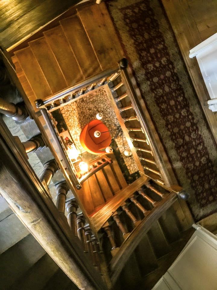 Vue d'en haut de la cage escalier